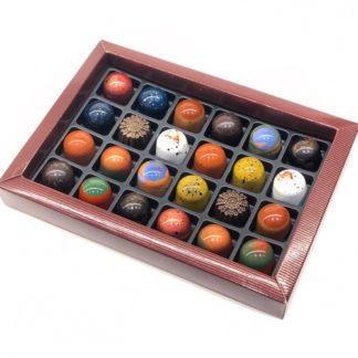 Chokladask med 24 handmålade, handgjorda, veganska praliner
